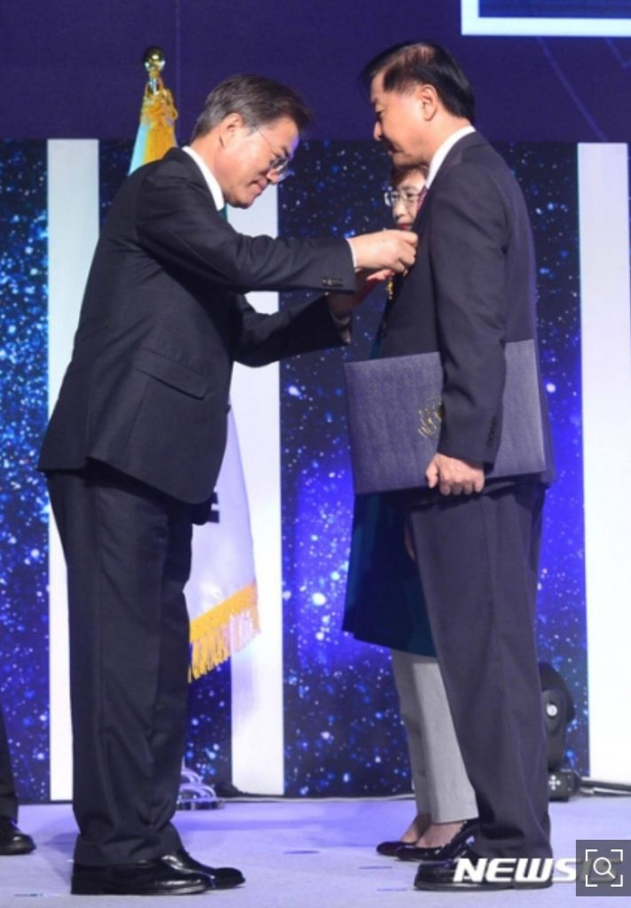 Mr. Jae Jung Jang being award by the President of Korea